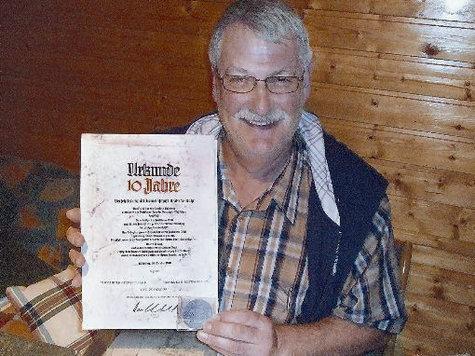 Reha-Vorsitzender Hermann Boivin mit der Urkunde zum zehnjährigen Bestehen, die 1970 verliehen wurde.