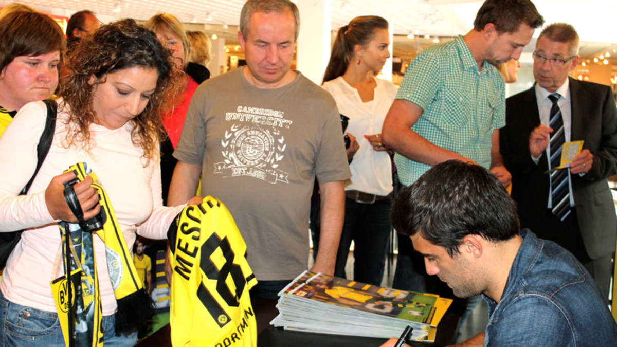 autogrammstunde des bvb stars sokratis werl. Black Bedroom Furniture Sets. Home Design Ideas