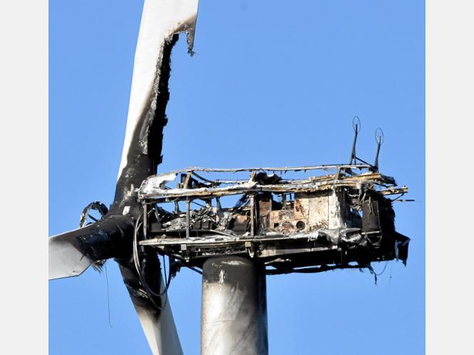Nach dem Brand blieb von dem Gehäuse der Windkraftanlage nicht viel übrig, jetzt sollen Experten die Anlage in Augenschein nehmen und die weitere Vorgehensweise festlegen.