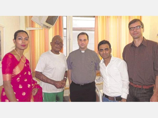 Keya Mia, Father Anselmo Mwang'amba, Pastor André Aßheuer, Hasnat Mia (Vorsitzender des Vereins 'FOR-Bangladesh) und Guido Korzonnek (Freund und Kooperationspartner von Father Anselmo, von links) besuchen den katholischen Priester im Klinikum der Stadt Soest.