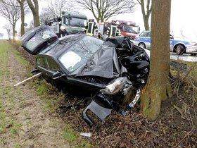 BMW-Fahrer prallt auf B55 gegen Straßenbaum - Soester Anzeiger