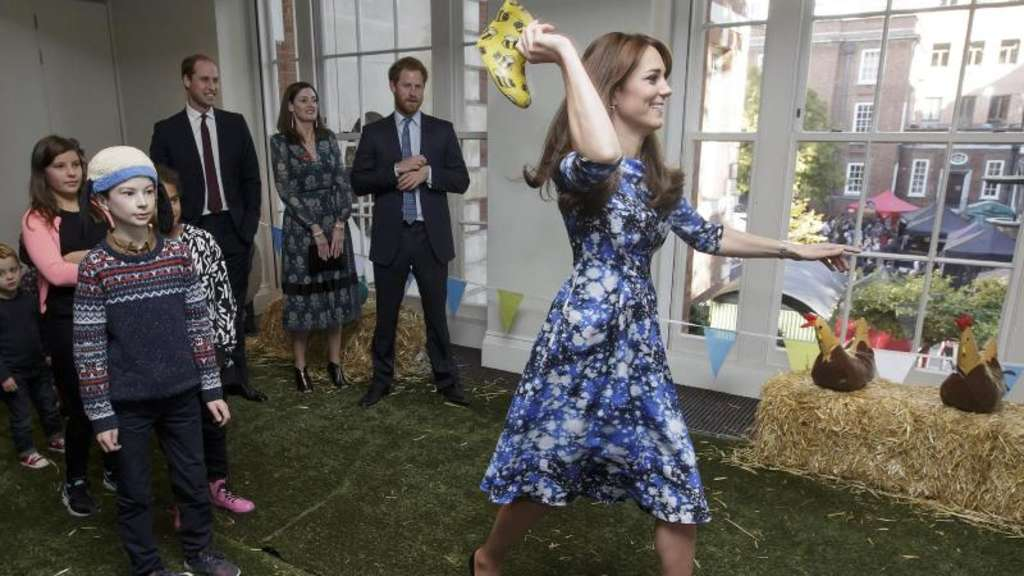 Herzogin Kate beim Gummistiefel-Werfen in London. Foto: Prensa Internacional via ZUMA Wire)