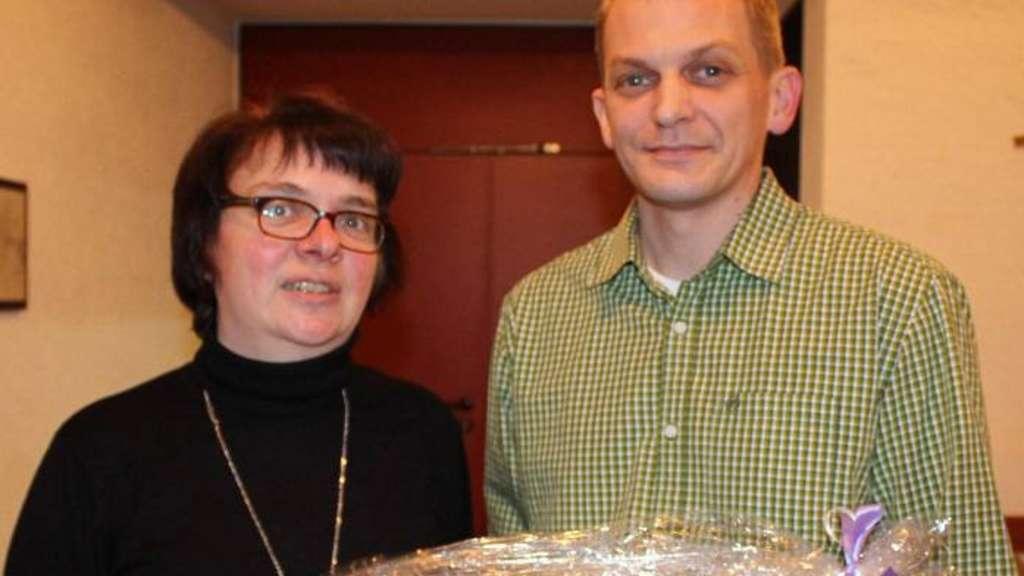 Manuela Wirth dankte als neue Vorsitzende des Musikvereins Echthausen ihrem Vorgänger für seinen engagierten Einsatz im Vorstand des Ensembles mit einem Präsent. -Foto: Schulze