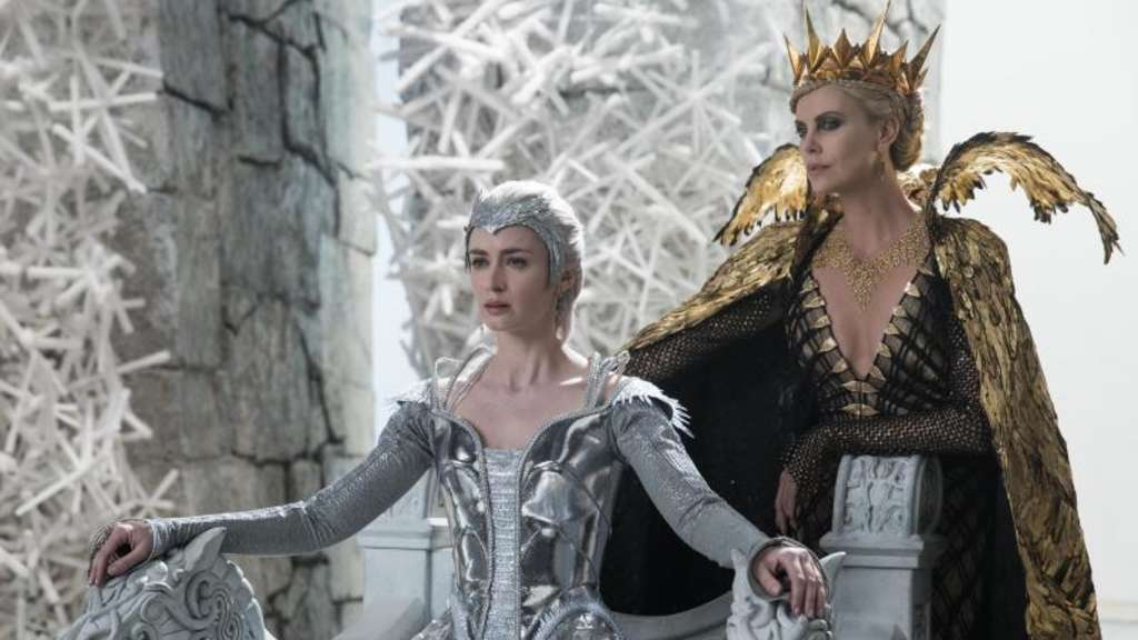 "Emily Blunt als Freya (l) und Charlize Theron als Ravenna im Kinofilm ""The Huntsman & The Ice Queen"". Foto: Universal Pictures"