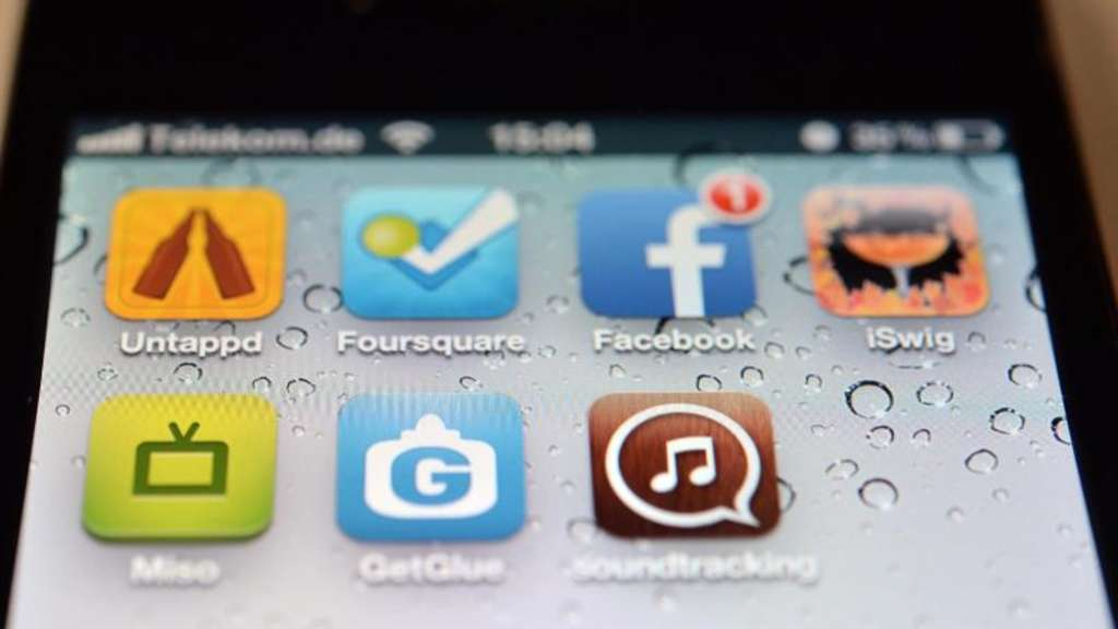 Die Logos der Apps Untappd, Foursquare, Facebook, iSwig, Miso, GetGlue und soundtracking auf dem Display eines iPhones. Foto: Soeren Stache