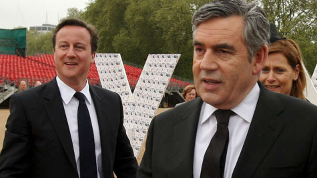Gordon Brown (r.) hat den Weg für David Cameron freigemacht.