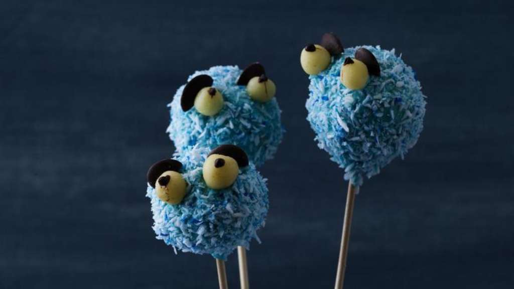 Buntes Highlight auf dem Halloween-Buffet: Cake-Pops in Krümelmonster-Gestalt.
