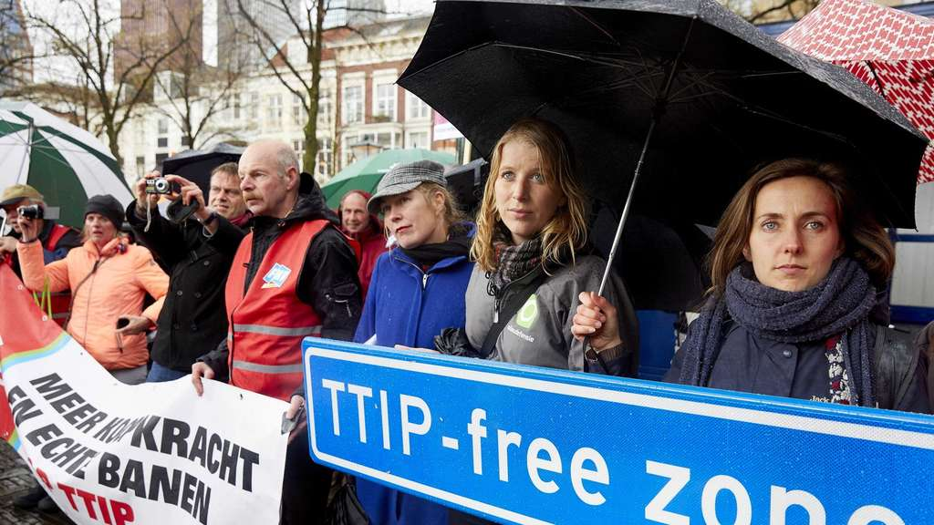 epa05278210 Farmers and members of Milieudefensie (Dutch environmental organization) demonstrate against the controversial transatlantic trade agreement TTIP in The Hague, The Netherlands, 26 April 2016. The Second Chamber is debating this trade agreement which would exclude the European Union and the United States. EPA/MARTIJN BEEKMAN +++(c) dpa - Bildfunk+++