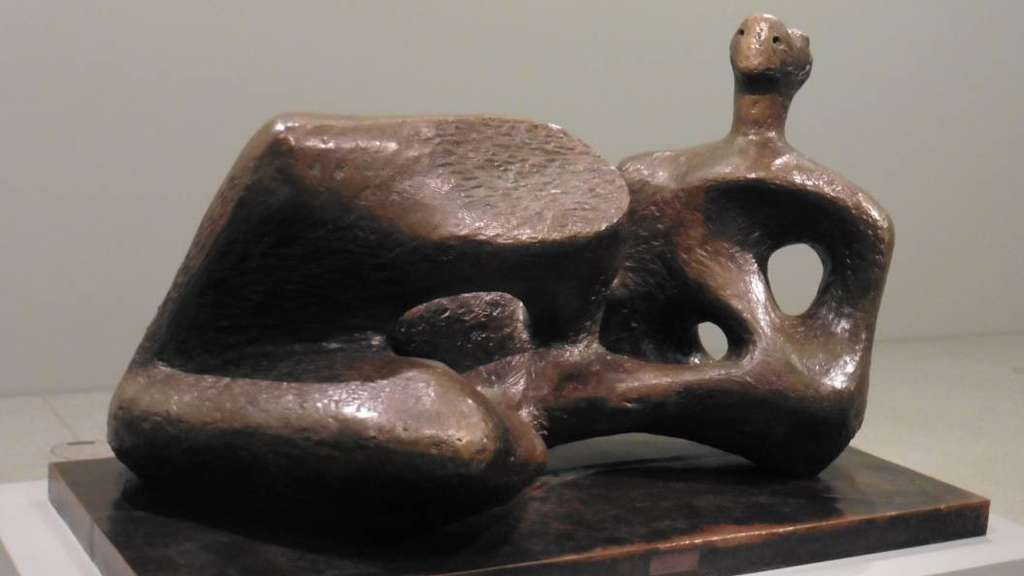 "Die archetypische Figur einer Liegenden wird aufgelöst in ein organisch geformtes Labyrinth: Henry Moores ""Working Model for Unesco Reclining Figure"" (1957) ist als Leihgabe der Tate Gallery in Münster zu sehen."
