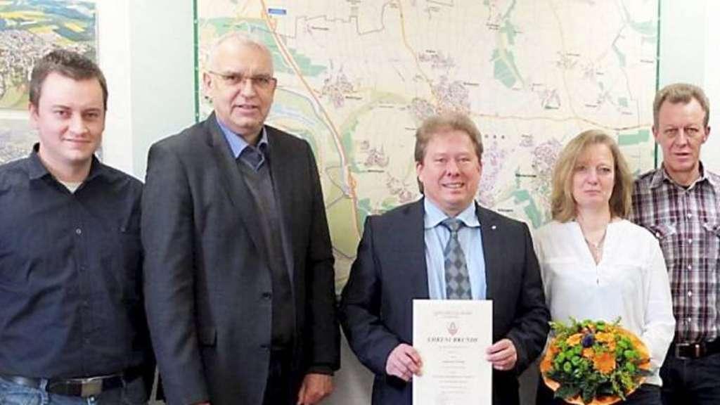 Dennis Schröder, Bürgermeister Hubert Wegener und Michael Kötter g (von links) gratulierten Andreas