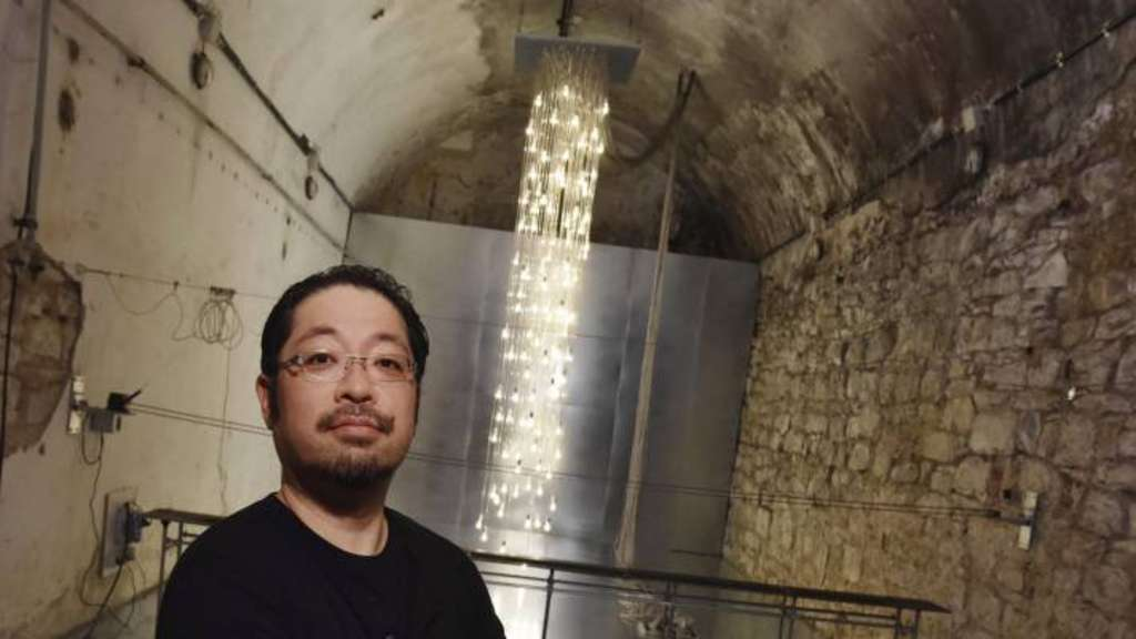 "Der Sieger beim International Light Art Award vor seiner Arbeit ""Point of Contact for Unna"": Satoru Tamura."