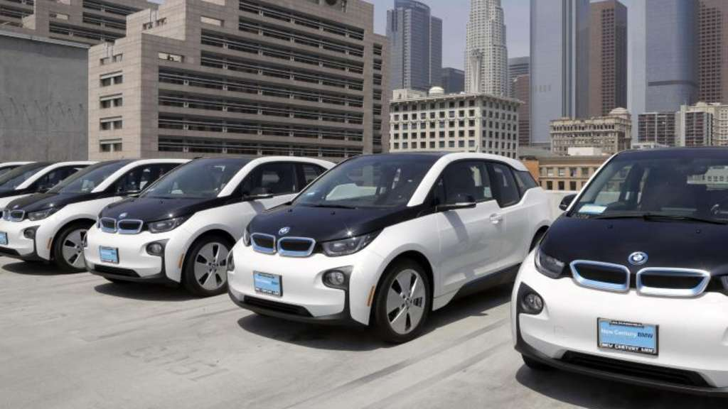 BMW i3-Elektroautos auf dem Dach des Los Angeles Police Departments in Los Angeles, USA.