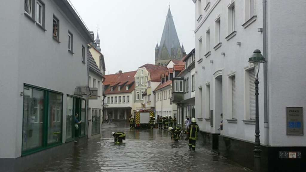 Starkregen verwandelt Soester Straßen in kleine Flüsse. Straßen ...