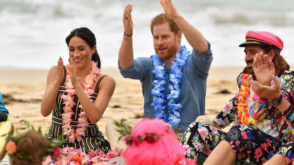Harry und Meghan chillen mit Surfern am Strand