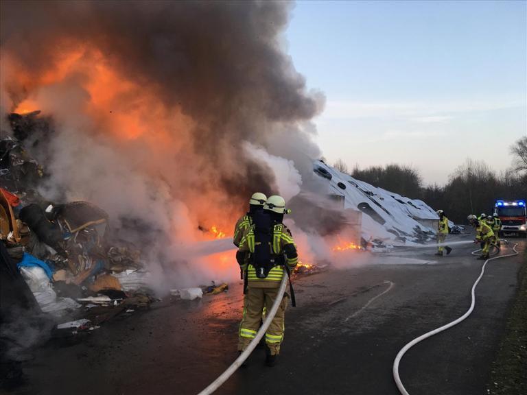 Deponie brennt in Werl - Feuerwehr löscht bei der ESG