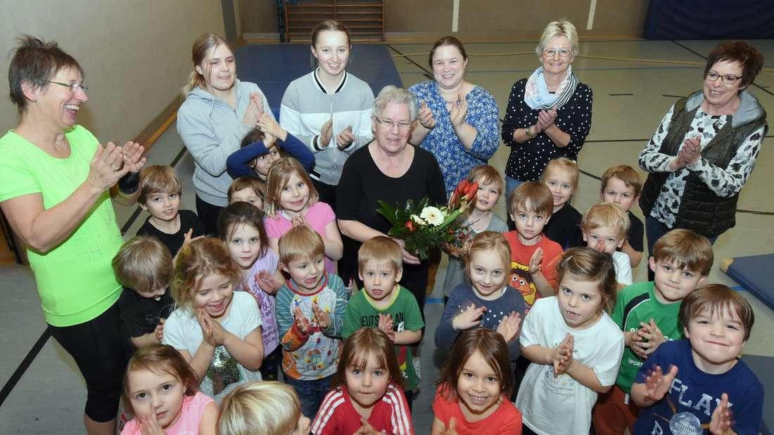 Die Turnkinder der Soester Fechterschaft verabschiedeten ihre langjährige Übungsleiterin Sigrid Eckhoff (in der Mitte).