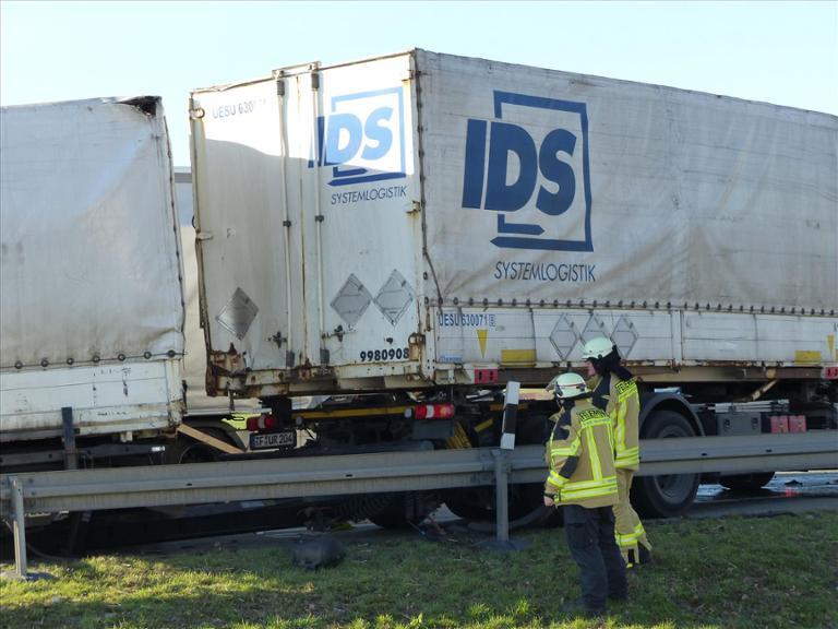 Lkw-Unfall legt Verkehr auf der A44 lahm