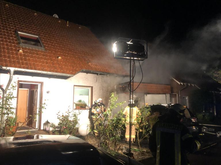 Drei Verletzte nach Pkw- und Wohnhausbrand in Werl
