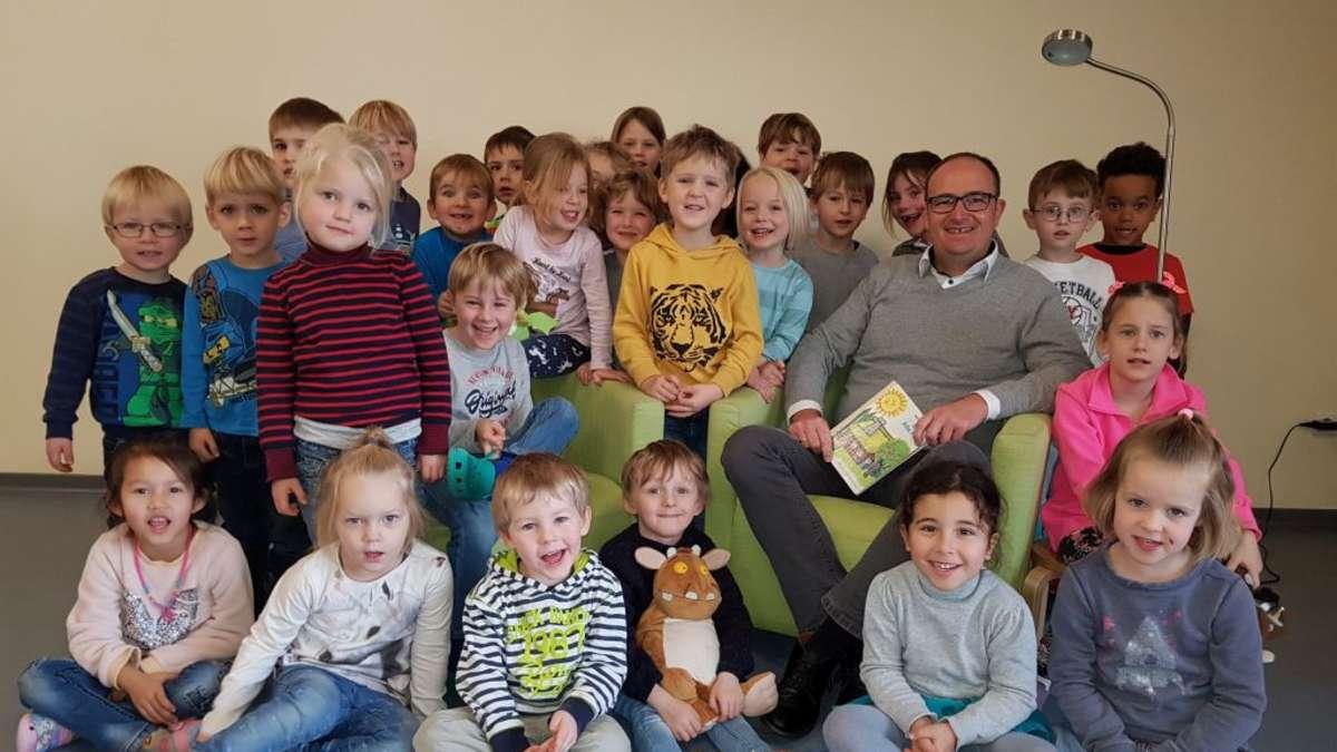 Michael Stratmann begeistert Kinder der Kita St. Nikolaus beim bundesweiten Vorlesetag | Soest - soester-anzeiger.de
