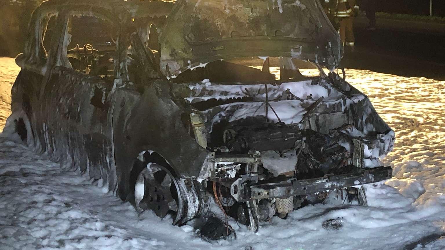 Ein Pkw stand am Abend auf der B63 am Ortsausgang Hilbeck lichterloh in Flammen. Die Feuerwehr löschte mit Schaum.