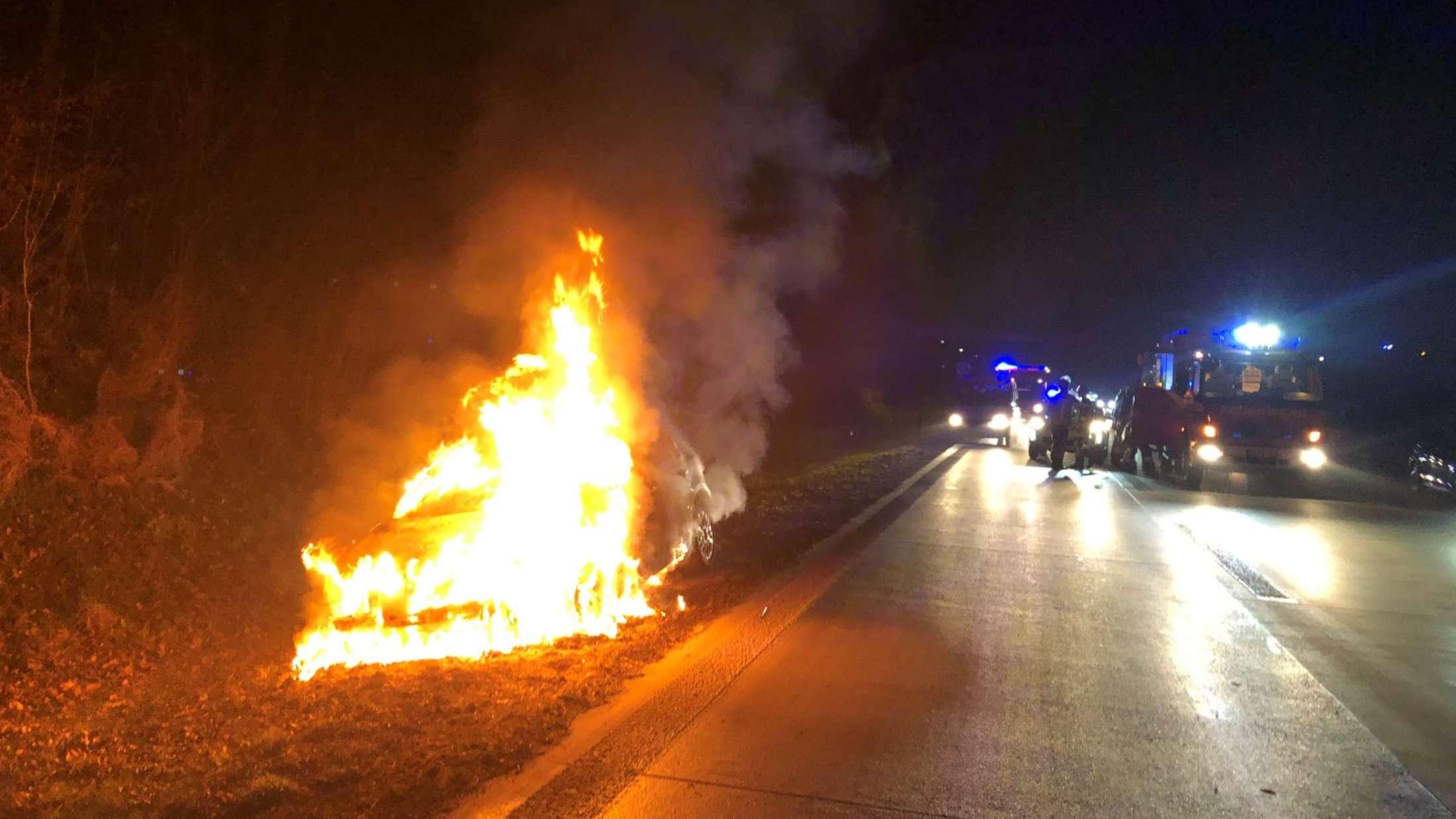 Das Auto stand auf der A44 zwischen Unna und Soest in Flammen.