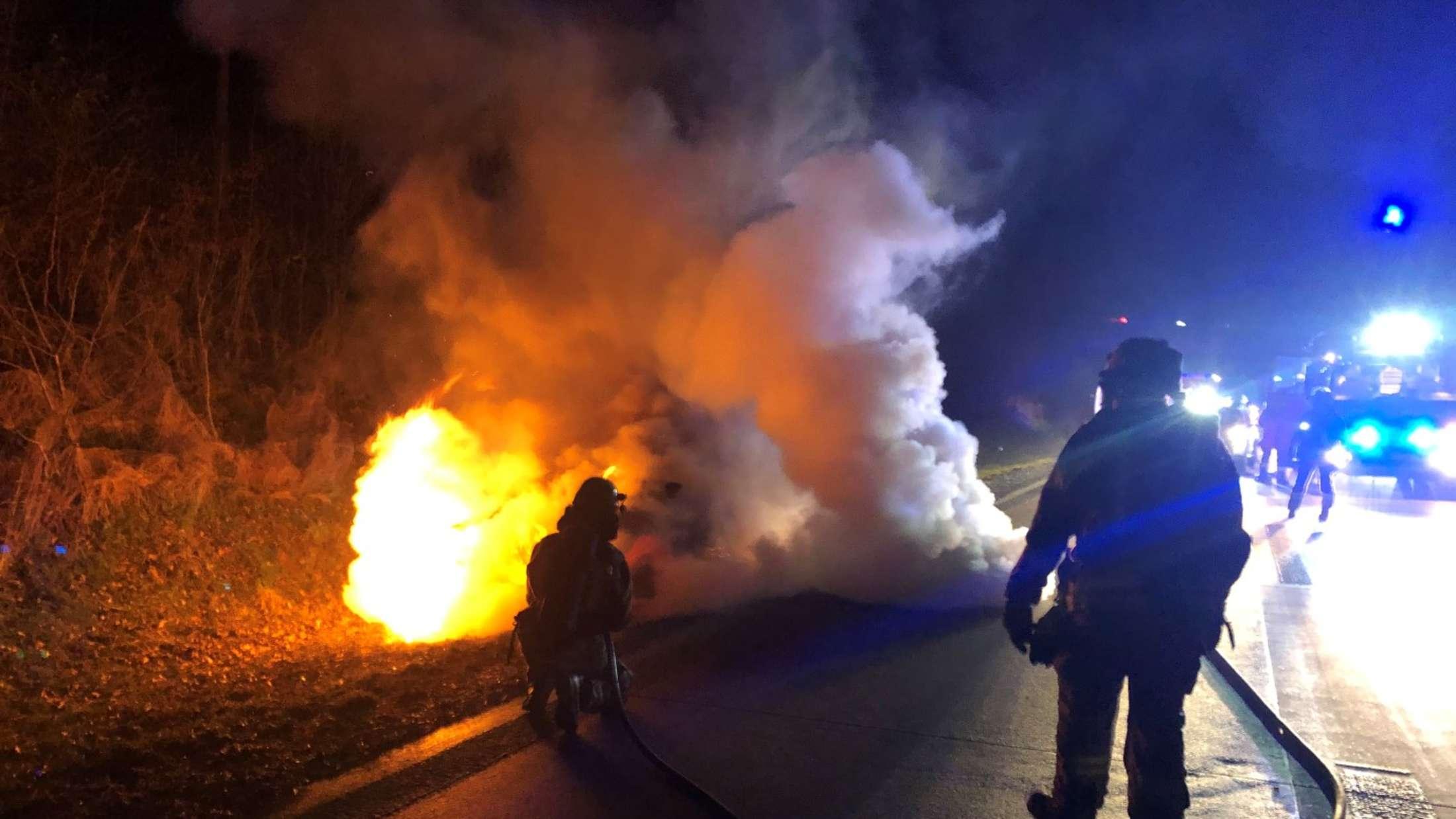 Zwei Stunden dauerte der Einsatz der Feuerwehr an dem brennenden Auto auf der A44, ungefähr auf Höhe der Raststätte Haarstrang-Süd.