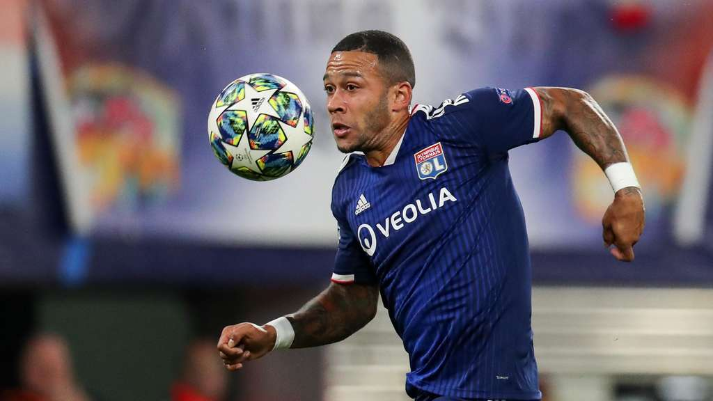RB Leipzig - Olympique Lyon in der Red Bull Arena. Memphis Depay am Ball.